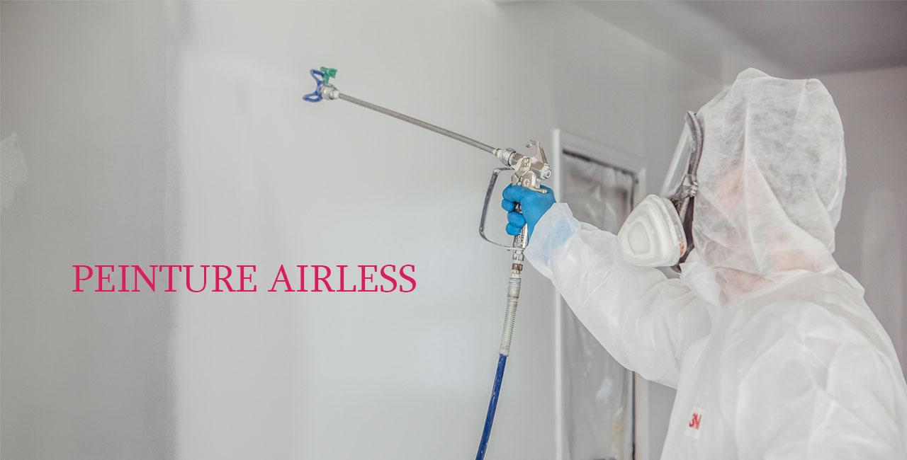 peintre aplique la peinture airless