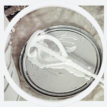 pistolet peinture airless posé sur un pot de peinture