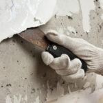 main enleve papier peint du mur avant pose peinture airless